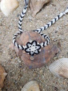 Bratara prieteniei handmade Kiko Mandala 4 (friendship bracelet innodata noduri boho bohemian hippie hippy gypsy floare stea alb negru )  Mai multe Bijuterii in magazinul KikoMagicalCreations pe Breslo.