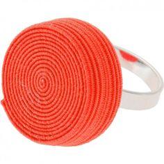 """Der Ring """"Rolly"""" in Neonorange vom Label Erste Sahne by Tanja Hartmann bringt auf originelle Art und Weise Farbe an deinen Finger. Der gerollte Gummitwist erinnert spielerisch an die eigene Kindheit. Versandkostenfrei innerhalb Deutschlands"""