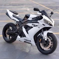 The Yamaha or is an open class sport bike, or superbike, motorcycle manufactured by Yamaha Motor Company since Wikipedia Motos Yamaha, Yamaha Yzf R1, Yamaha Motorcycles, Sport Motorcycles, Custom Motorcycles, Custom Sport Bikes, Custom Baggers, Honda Cb750, Street Bikes