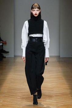 Black&white for a modern female soldier at AquilanoRimondi FW 2017-18 fashion show.