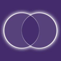 """Der Schlüssel """"Abschlussfeier"""" führt Sie mit dem Symbol der Vesica Pisces (Fischblase) an die Stelle zwischen 2 Zyklen. An dieser Stelle überschneiden sich die Kreise. Denn wenn das eine beendet ist, beginnt gleich das Neue. Es ist ja schon da. Das Feld dazwischen verbindet Sie mit dem Glücksgefühl, eine neue Ebene zu betreten. Auch wenn heute eigentlich ein ganz normaler Tag ist, erinnern Sie sich an Momente, in denen Sie etwas vollendet haben. Fühlen Sie die Freude und das Glück."""