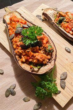 Eine super leckere Alternative zu den mit Fleisch gefüllten Auberginen 🌱. Schnell und einfach zubereitet und richtig schön würzig. Auf unserem Blog findet ihr das Rezept. Super, Ethnic Recipes, Blog, Vegane Rezepte, Meat, Simple, Blogging