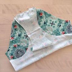 Nåla först ihop bakstycket med framstycket i grenen. Diy Clothing, Sewing Clothes, Clothing Patterns, Sewing Patterns, Textiles, Couture, Sewing For Kids, Sewing Tutorials, Sewing Ideas