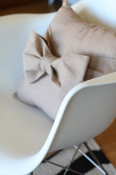 DIY: big bow pillow