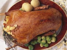 Christmas roast goose with dumplings and Brussels sprouts - smarter - time: 50 min. Veal Recipes, Radish Recipes, Stuffing Recipes, Meatloaf Recipes, Christmas Roast Goose, Christmas Turkey, Moist Turkey Meatloaf, Turkey Tenderloin, Homemade Marinara