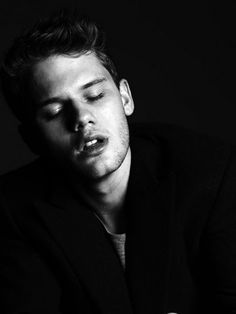 Jeremy Irvine / Black and White Photography Fallen Novel, Fallen Book, Fallen Series, Black And White People, Black And White Pictures, Jeremy Irvine, How To Be Likeable, Raining Men, Actor Model