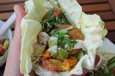 Von Judiths tollem Blog wollte ich eigentlich jedes Foto pinnen - aber stellvertretend für die vielen tollen Gerichte gibt es hier selbsrgemachte Falafel in Weißkohlblättern, mit Tomate, Gurke, Avocado und Tahinisoße - spektakulär!