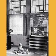 Photographie d'époque du hall-salon de l'hôtel particulier de Robert Mallet-Stevens. Une pièce qui fait la part belle à la clarté, grâce à de grandes baies vitrées, ornées de vitraux (1926-1927).