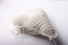 Návod na háčkované vintage srdce 47 Winter Hats, Crochet Hats, Beanie, Christmas Ornaments, Handmade, Fashion, Squares, Knitting Hats, Moda