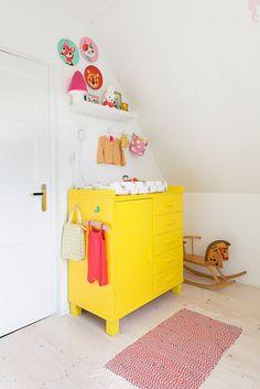 Une commode vintage jaune dans une déco de chambre