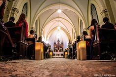 Une mariée remontant une allée joliment fleurie pour atteindre l'autel, quoi de plus romantique ? La décoration florale de l'église ou de la cérémonie en plein air mérite une attention toute particulière. Voici donc 8 idées pour que la décoration soit à la hauteur de l'évènement ! En plein air ou dans une église, on n'oublie rien !