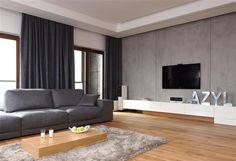 graues Sofa, niedriger Couchtisch und shaggy Teppich