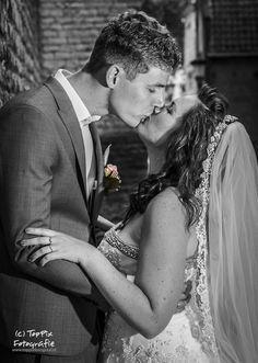 Een dikke kus, liefde moet je vieren.... #kiss #kus #liefde #trouwen #trouwreportage #strobist