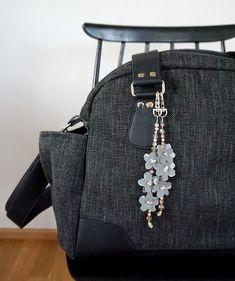 Heijastava koru on näyttävä asuste - katso ohje ja tee itse! Kotiliesi.fi Hobbies And Crafts, Diy And Crafts, Bag Hanger, Fabric Stamping, Key Fobs, Leather Jewelry, Craft Gifts, Fashion Backpack, Jewelery