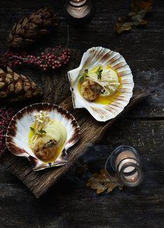Een overheerlijke sint-jakobsnoot in de schelp met gerookte tijm-boter, die maak je met dit recept. Smakelijk! Coquille St Jacques, Recipe Images, Mussels, Fine Dining, Fish Recipes, Food Inspiration, Entrees, Food Photography, Seafood