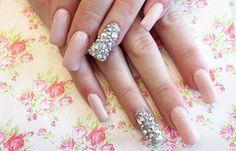 Diseños de uñas con piedras de cristal, diseño de uñas con pedreria.  ¡CLUB unasdecoradas.club! #manicuras #decoratednails #uñasdiscretas