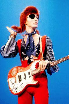 David Bowie Muy chevere por resurgir en el 72 en la era del glam rock con su tema andrógino álter ego Ziggy Stardust