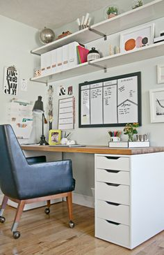 White Home Office Ideas To Make Your Life Easier; home office idea;Home Office Organization Tips; chic home office. Mesa Home Office, Home Office Space, Office Workspace, Home Office Desks, Organized Office, Tiny Office, White Office, Office Table, Small Office Spaces