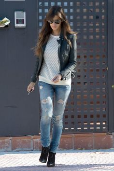 moto jacket + printed sweatshirt or sweater + distressed skinnies + ankle boots  Look básico