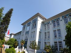 """ÇAPA ÖĞRETMEN OKULU - 1913 İSTANBUL, Mimar: Kemalettin Bey / I.Ulusal Mimarlık Akımı. Bina Millet Caddesi üzerinde yer almaktadır. Çok yalın bir tarihselci tasarıma sahiptir. Bir koridor üzerine tek taraflı dizilmiş sınıflardan oluşan, doğal aydınlatması iyi çözülmüş betonarme yapı Türkiye'de türünün ilk örneklerindendir.  Çini kitabelerde yer alan """"Hakkı"""" imzası darülmuallimin ve darülmuallimat'ta hat dersleri veren İsmail Hakkı Baltacıoğlu'na aittir."""