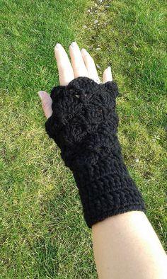 Mitaines manchettes noires au crochet fait main made in France unique : Mitaines, gants par c-comme-celine
