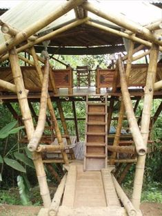 From simple tree house plans for kids to the big ones for adult that you can live in. If you're looking for tree house design ideas, read this article. Pole House, Hut House, Bamboo Building, Natural Building, Bamboo Construction, Construction Design, Bamboo House Design, Simple Tree House, Tree House Plans