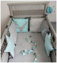 tour de lit étoiles et carrés thème thème de cerf bleu aqua et gris