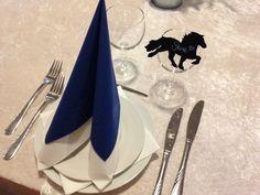 Efter konfirmandens ønske:  Islands-tema med islandske heste-silhuetter som bordkort.