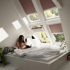 Solskjerming for takvinduer - Byggmakker Dormer Bedroom, Attic Master Bedroom, Attic Rooms, Bedroom Loft, Skylight Bedroom, Loft Dormer, Loft Conversion Bedroom, House Blinds, Loft Room