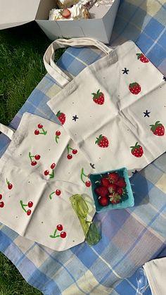 Summer Tote Bags, Diy Tote Bag, Tote Bags Handmade, Cute Tote Bags, Ideias Diy, Canvas Tote Bags, Painted Canvas Bags, Printed Tote Bags, Canvas Designs