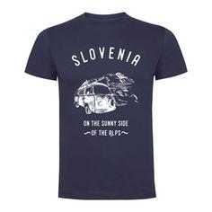 Majica Sunny Side Of The Alps, Slovenija, dežela na sončni strani Alp. Izvrino in uporabno darilo za vaše prijatelje v tujini. Majica z natisnjenim motivom, 100% bombaž.