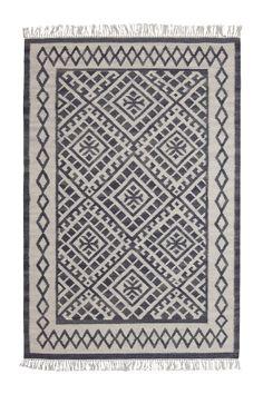 Glattvevd mønstret teppe av 100% ull med frynser på kortsidene. Skumvask/støvsuging. Da teppet er håndvevd kan små variasjoner i størrelse forekomme. <br><br>For økt sikkerhet og komfort, bruk et antigliteppe for å holde teppe på plass. Antigliteppet finnes i flere ulike størrelser.