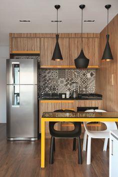<span>Os porcelanatos inspirados em ladrilhos hidráulicos são a marca registrada da cozinha. Da Portobello, as peças de 20 x 20 cm integram as linhas Rio Retrô. Projeto da arquiteta Suellen Volpert</span>