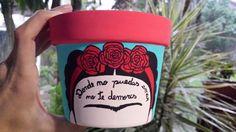 Vaso Frida Fazer para especiarias com Frida, Einstein, Fernando Pessoa, Afonso Henriques, e mais Painted Flower Pots, Painted Pots, Dyi Crafts, Arts And Crafts, Flower Pot Crafts, Mexican Party, Posca, Clay Pots, Craft Tutorials