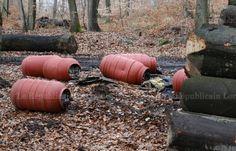 Les bidons ont été déposés au pied d'une coupe de bois, à l'entrée du bois de Schœneck.   Photo Philippe RIEDINGER
