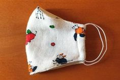 Ako ušiť rúško pre dieťa aj dospelého, postup a šablóny, fotopostup Fabric Crafts, Sewing Crafts, Mouth Mask Design, Craft Projects, Projects To Try, Sewing Hacks, Sunglasses Case, Textiles, Quilts