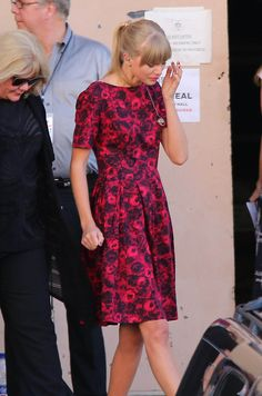 Taylor leaving Stand Up to Cancer after her performance