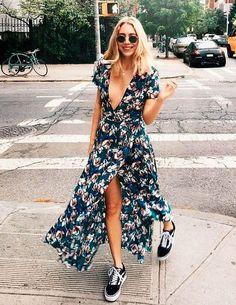 Use um vestido maxi com tênis.