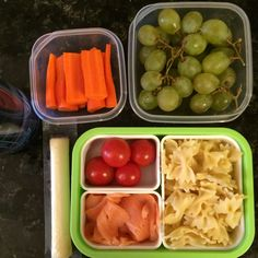 #Teuko lunchbox: carrot sticks, cherry tomatoes, smocked salmon, farfalle (pasta), cheese stick, grapes, water. By Jessica, www.teuko.com