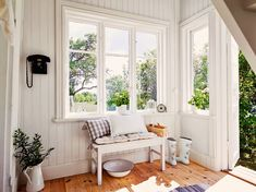 HOME & GARDEN: Un cottage estival tout de blanc vêtu