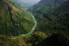 Le chemin du bonheurEntre Bảo Lạc et Đồng Văn, la route est incroyablement belle. Vous montez très haut dans les montagnes et, tout au long du trajet, vous rencontrez de nombreux villageois. Ici, nous nous trouvons dans le col de Mã Pí Lèng dont les chemins sinueux mènent de Mèo Vạc à Đồng Văn. Cette « Route du Bonheur» est aujourd'hui classée parmi les vestiges nationaux.