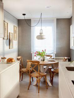"""Este proyecto es un claro ejemplo de la expresión """"a medida"""". En el salón, la mesa, las tapicerías y los apliques están diseñados con las mismas tonalidades. La librería es una mezcla de mueble de carpintería y de obra que se adapta perfectamente a gustos y funcionalidad de los propietarios. Decoración interiorismo en Vizcaya. Dining Chairs, Dining Table, Room Planner, Kitchen Remodel, Furniture, Design, Home Decor, Kitchens, Houses"""