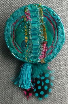 This article is not available spindle textile blue of the pacific. Small notes by veronikb Fiber Art Jewelry, Mixed Media Jewelry, Textile Jewelry, Fabric Jewelry, Jewelry Art, Jewellery, Fabric Beads, Paper Beads, Fabric Art