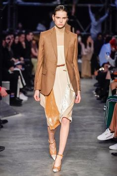 9d86e721223 Burberry Fall 2019 Ready-to-Wear Collection - Vogue Μόδα Της Πασαρέλας,  Γυναικεία