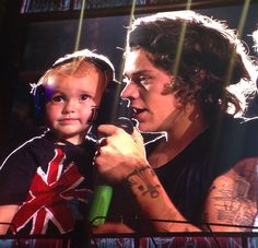 Harry Styles OMGOSH WHY DO THESE ADORABLE BABIES GET TO GO ON STAGE AND GET HUGS FROM THE BOYS?!?!