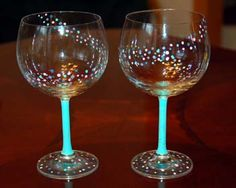 Leave wine glasses on the table with little jewels and other decorations so guests can make their own wedding favor! Hand Painted Wine Glasses, Decorated Wine Glasses, Diy Wine Glasses, Champagne Glasses, Painting On Wine Glasses, Wedding Champagne Flutes, Decorated Bottles, Wine Glass Crafts, Wine Craft