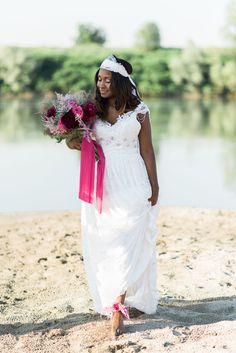 sposa boho chic sulla spiaggia http://weddingwonderland.it/2016/08/matrimonio-boho-chic-sulle-rive-del-po.html