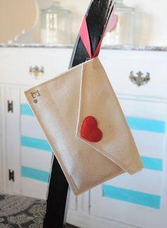 DIY Valentine Fabric Envelopes by @jencraftomaniac | Valentine's Day Ideas