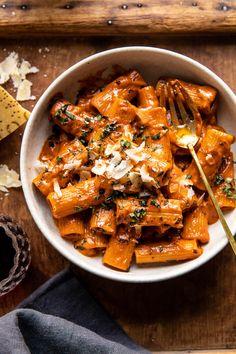 Pasta Alla Vodka, Rigatoni Alla Vodka, Vodka Sauce Pasta, Penne Vodka, Baked Rigatoni, Vegetarian Recipes, Cooking Recipes, Spicy Food Recipes, Food Network Recipes
