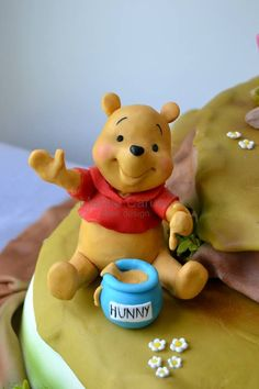 This Winnie the Pooh Cake features Tigger, Piglet, Eeyore, and Winnie the Pooh. Winnie The Pooh Nursery, Winnie The Pooh Birthday, Winnie The Pooh Friends, Disney Winnie The Pooh, Winnie Pooh Torte, Pooh Bebe, Theme Animation, Fondant Toppers, Fondant Figures Tutorial